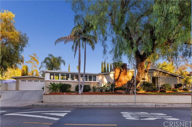 4870 San Feliciano Drive, Woodland Hills CA: http://media.crmls.org/mediascn/4d752b38-9cc8-480f-af63-993ddfb412f0.jpg