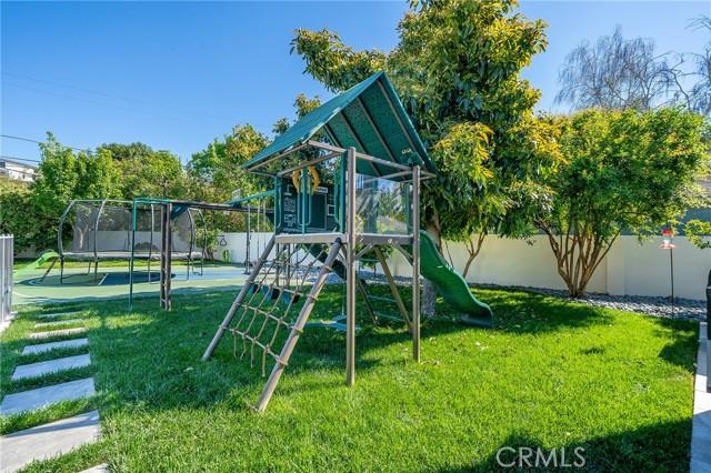 6140 Fenwood Avenue, Woodland Hills CA: http://media.crmls.org/mediascn/4f984370-4c91-4771-8705-62f6cd9a6e3a.jpg