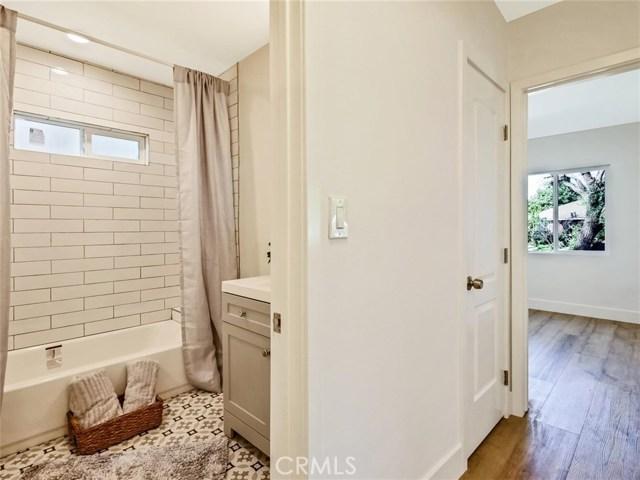 6920 6918 Corbin Avenue, Reseda CA: http://media.crmls.org/mediascn/5004192c-f325-46c6-871f-d08f1db8df30.jpg