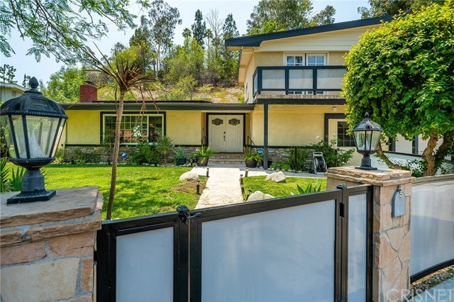 20324 Reaza Place, Woodland Hills CA: http://media.crmls.org/mediascn/5673f420-5092-48a1-81b7-26131a7e05c4.jpg