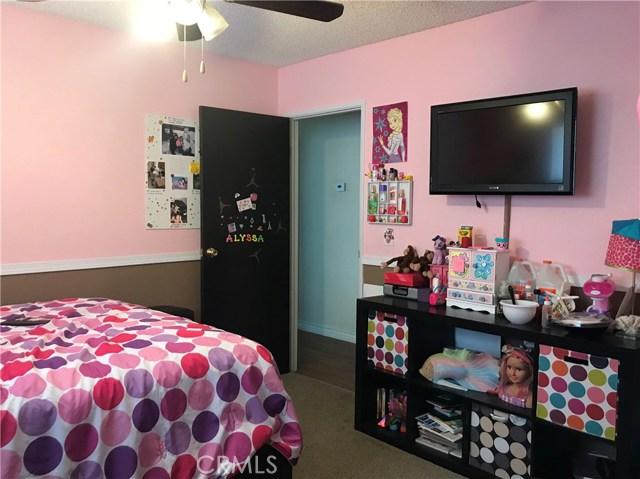 38017 13th E Street, Palmdale CA: http://media.crmls.org/mediascn/5bbe7589-cfb5-41c6-b4b3-16f3581a2bfc.jpg