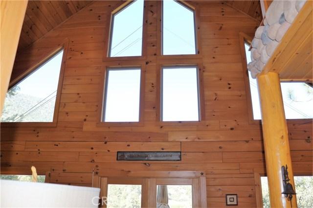 15817 Edgewood Way, Pine Mtn Club CA: http://media.crmls.org/mediascn/5e03336a-2123-4042-a0c3-e8e976c0de18.jpg