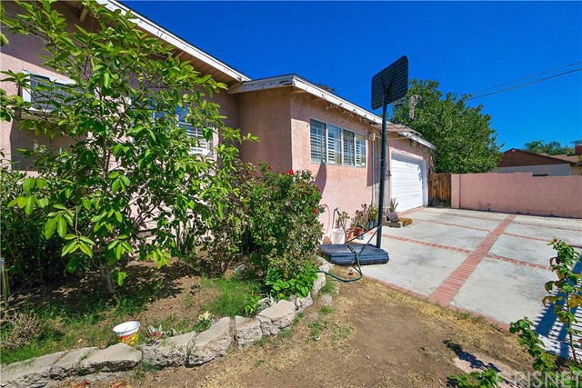Additional photo for property listing at 8340 Hazeltine Avenue  Panorama City, California 91402 United States