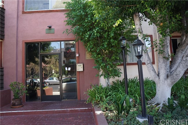 5400 Newcastle Avenue, Encino CA: http://media.crmls.org/mediascn/5ece6eef-660b-4eca-941b-7670df906989.jpg