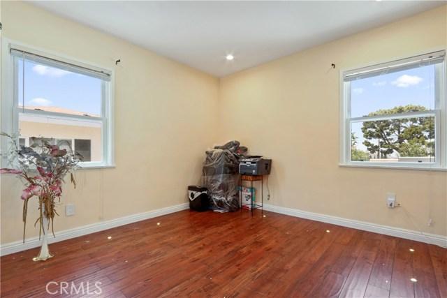 10351 Fernglen Avenue, Tujunga CA: http://media.crmls.org/mediascn/633461b9-57a2-4bf6-bda0-28c7bcd3b1a5.jpg