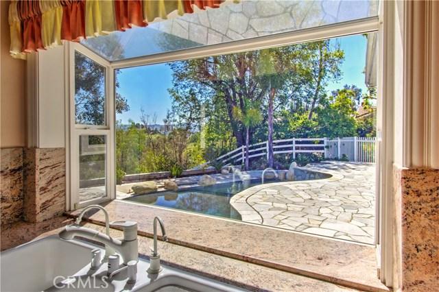 24833 Jacob Hamblin Road, Hidden Hills CA: http://media.crmls.org/mediascn/63bc6c4a-5226-48fd-9199-80daf04d6cd7.jpg