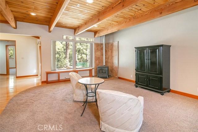 15905 Edgewood Way, Pine Mtn Club CA: http://media.crmls.org/mediascn/64b376aa-019b-436d-8428-f4c32620850e.jpg