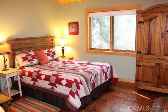 15817 Edgewood Way, Pine Mtn Club CA: http://media.crmls.org/mediascn/6893c146-cae8-4788-9718-ede0833af355.jpg