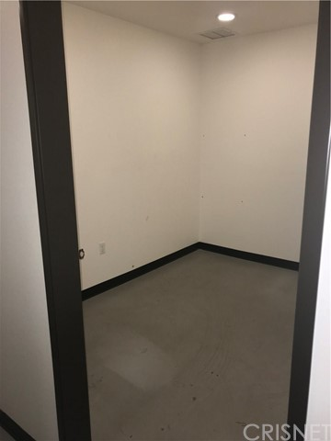 21356 Nordhoff Street, Chatsworth CA: http://media.crmls.org/mediascn/7930e0ad-57d4-405a-91db-9fe27212cef1.jpg
