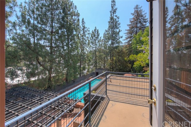 3882 Fredonia Drive, Los Angeles CA: http://media.crmls.org/mediascn/7a4917ed-d1f3-4f68-a93b-21d25d6d58f4.jpg