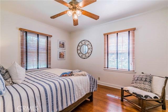4554 Sancola Avenue, Toluca Lake CA: http://media.crmls.org/mediascn/8197c865-fe4e-43ff-aa69-1718cfdc4e3c.jpg