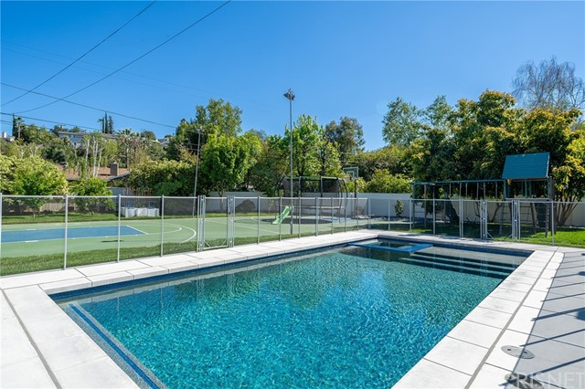 6140 Fenwood Avenue, Woodland Hills CA: http://media.crmls.org/mediascn/85f5d50e-18e4-471d-bbf0-c8a17bc9371b.jpg