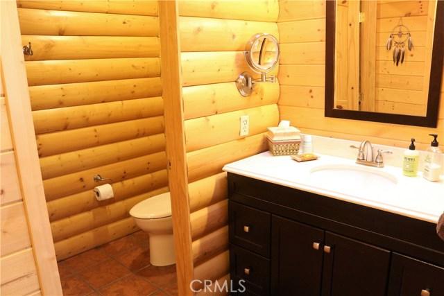 15817 Edgewood Way, Pine Mtn Club CA: http://media.crmls.org/mediascn/860b4d37-8884-4f09-a5dd-3652a6105159.jpg