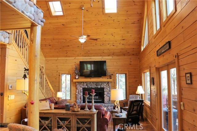 15817 Edgewood Way, Pine Mtn Club CA: http://media.crmls.org/mediascn/86b62862-079f-4ed8-a0f0-4918270d3917.jpg