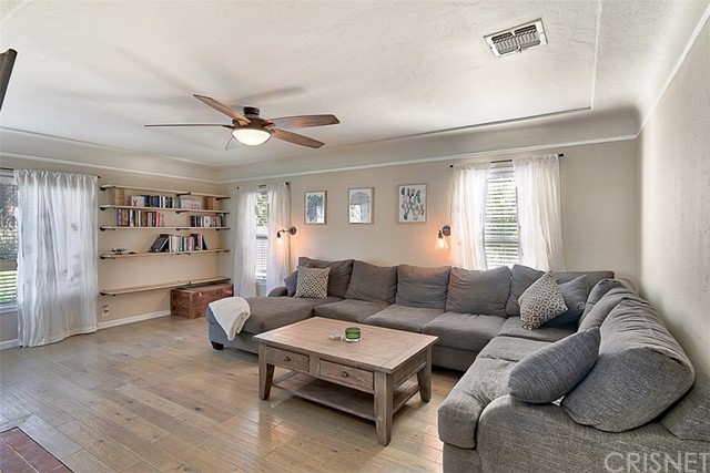 10850 Foothill Boulevard, Lakeview Terrace CA: http://media.crmls.org/mediascn/88d28580-557e-4210-bd9e-c1a7a4fc9d6c.jpg