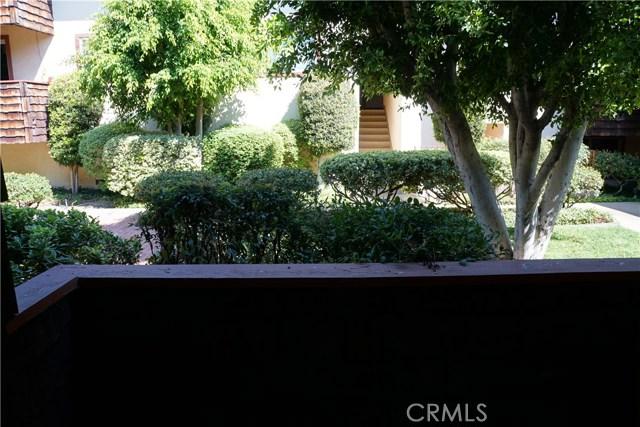 5400 Newcastle Avenue, Encino CA: http://media.crmls.org/mediascn/8b218ca1-242f-4421-9e12-768c0f33efee.jpg
