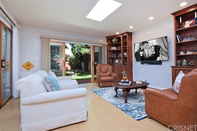 5825 Lemona Avenue, Sherman Oaks CA: http://media.crmls.org/mediascn/9094f146-f61d-4890-8345-37b27972fe87.jpg