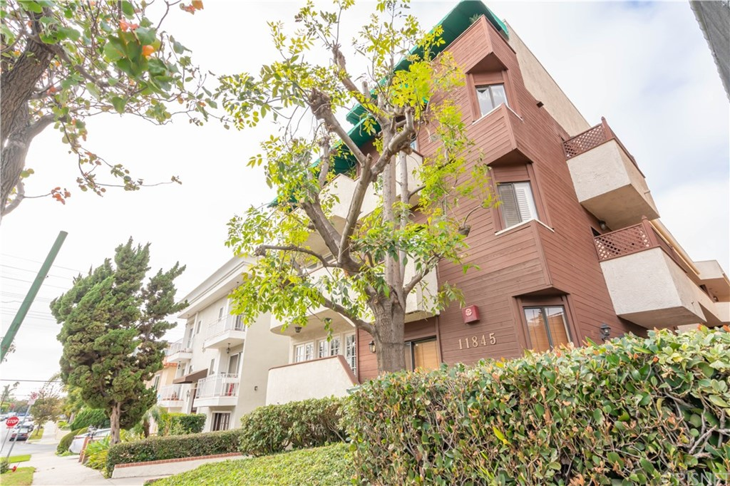 Photo of 11845 MAYFIELD AVENUE #102, Brentwood, CA 90049