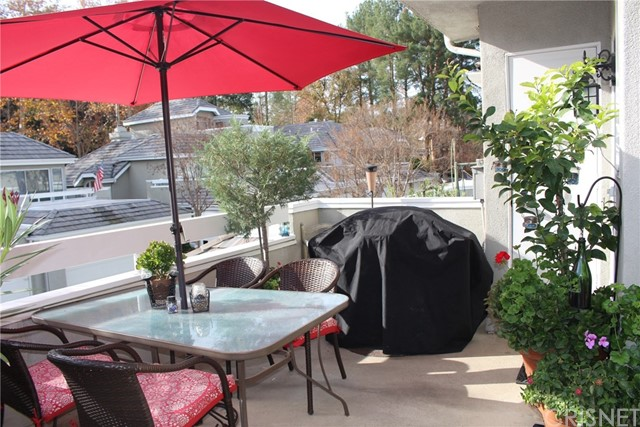 23963 Arroyo Park Drive, Valencia CA: http://media.crmls.org/mediascn/93ba26bf-7a48-4c26-9da5-236a81a65fdc.jpg