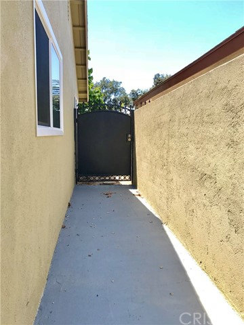 1009 S Arapaho Drive, Santa Ana CA: http://media.crmls.org/mediascn/982b70bf-4a93-492d-867e-5d9ce70ba6d7.jpg