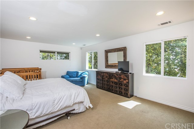 4486 Winnetka Avenue, Woodland Hills CA: http://media.crmls.org/mediascn/9b1e1486-b908-4186-9c52-0d647e0e6b52.jpg