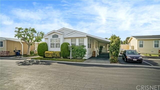 21305 Blue Curl Way, Canyon Country CA: http://media.crmls.org/mediascn/9b25408c-8edd-46d5-a0bd-2f0e3dc8e30c.jpg