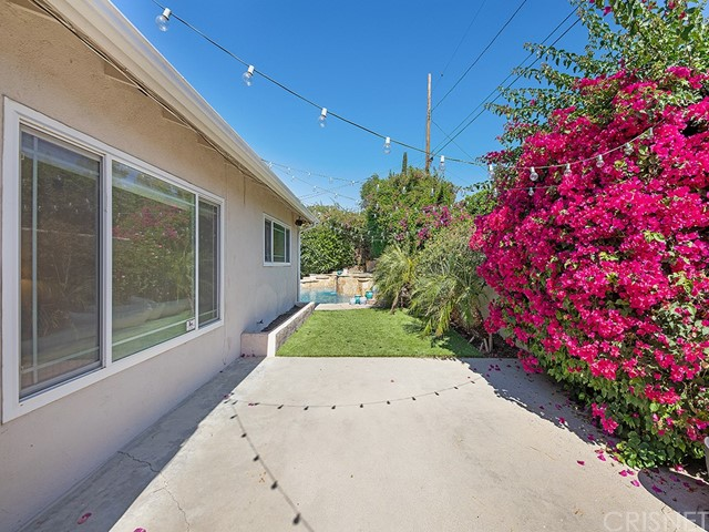 10215 Casaba Avenue, Chatsworth CA: http://media.crmls.org/mediascn/9b95960e-e3df-4376-9b43-d3eddfc3dc85.jpg