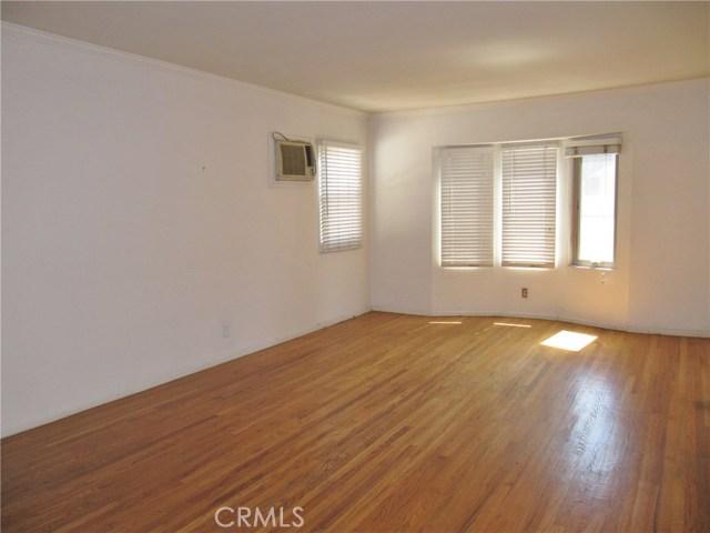 4441 Hazeltine Avenue, Sherman Oaks CA: http://media.crmls.org/mediascn/a056385a-b4e3-4f36-a496-b73dd08a0a12.jpg