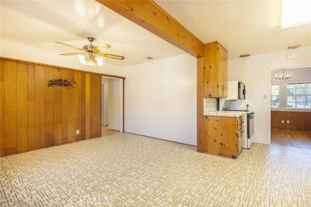 22025 De La Osa Street, Woodland Hills CA: http://media.crmls.org/mediascn/a158fb87-0cd2-4662-a2ed-03683d34b1f9.jpg
