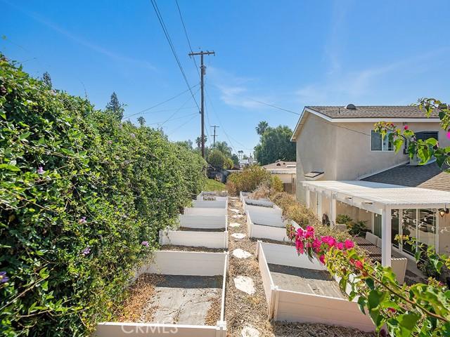 10215 Casaba Avenue, Chatsworth CA: http://media.crmls.org/mediascn/a317c9be-43be-4cea-bb01-532326942098.jpg
