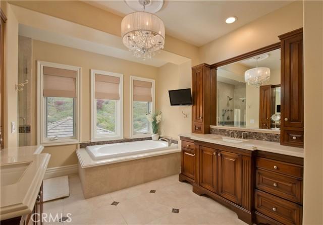 1495 Cheviot Hills Court, Westlake Village CA: http://media.crmls.org/mediascn/a94019d7-842a-4d30-b843-718765548dcf.jpg