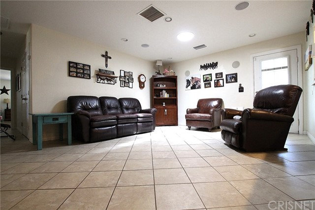 8324 W Avenue C12, Lancaster CA: http://media.crmls.org/mediascn/ac25093f-9d4d-4af2-8503-b8b44eb4b473.jpg