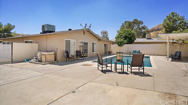 29704 Mums Drive, Canyon Country CA: http://media.crmls.org/mediascn/b58861bc-5161-4a30-9af8-26bad3b70b74.jpg