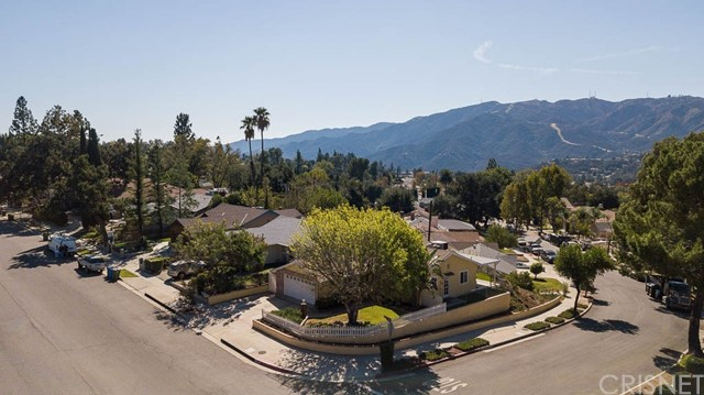 6324 Day Street, Tujunga CA: http://media.crmls.org/mediascn/b8605b0a-adf4-4845-a10e-9d397353d35c.jpg