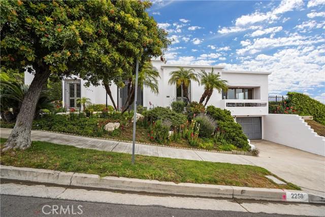 2258 Winona Boulevard, Los Angeles CA: http://media.crmls.org/mediascn/bb259a4c-6a12-49b3-88c0-ec9893a091de.jpg