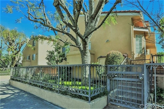 Townhouse for Sale at 5930 Etiwanda Avenue Unit 2 5930 Etiwanda Avenue Tarzana, California 91356 United States