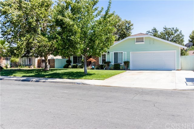 3602 Saturn Avenue, Palmdale CA: http://media.crmls.org/mediascn/bfbd78c0-6694-482c-82e1-6a21f04c58ac.jpg