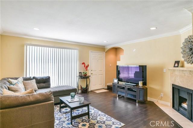 7045 Woodley Avenue, Lake Balboa CA: http://media.crmls.org/mediascn/c0861f57-fd65-4326-8eff-e1f29d85fd09.jpg