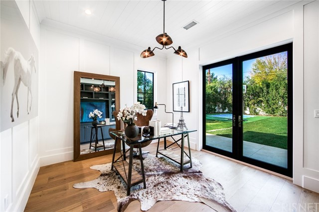 Additional photo for property listing at 17611  Weddington Street 17611  Weddington Street Encino, California 91316 United States