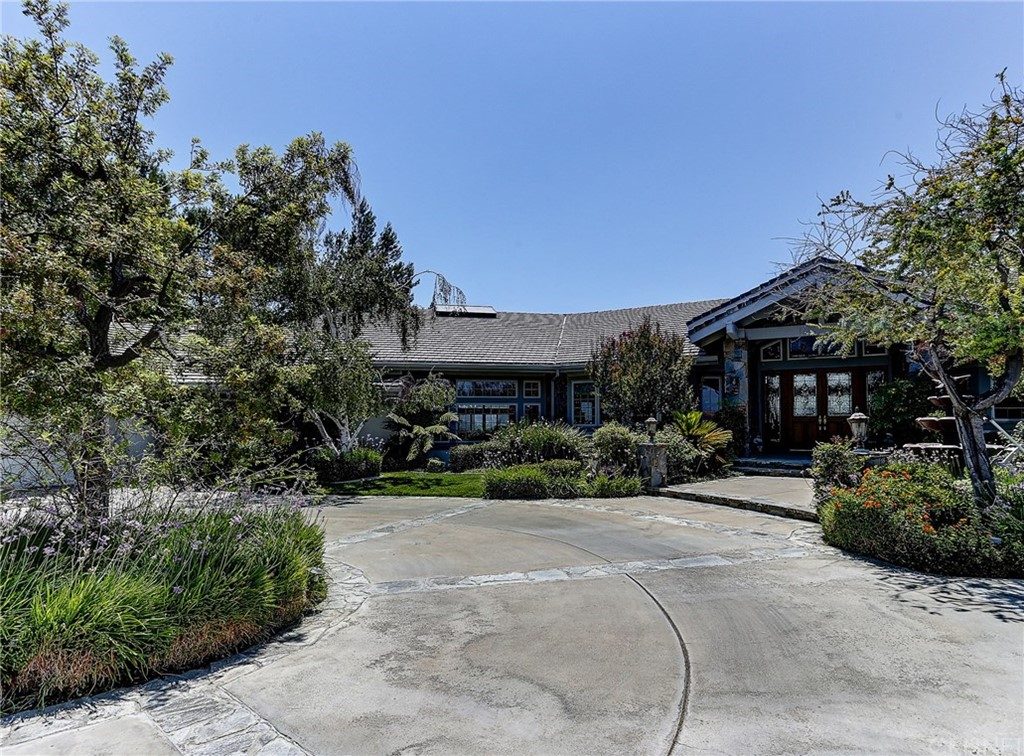Photo of home for sale at 22235 ROLLING RIDGE Drive, Saugus CA