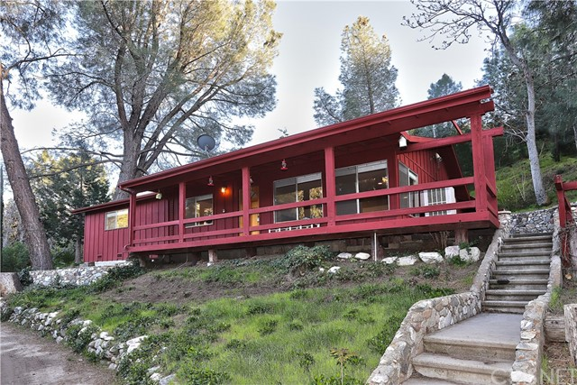 20872 Pine Canyon Road, Lake Hughes CA: http://media.crmls.org/mediascn/d9b3c554-4b4f-483c-be43-6f6498c20bce.jpg