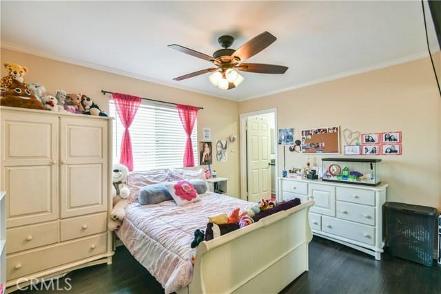 7045 Woodley Avenue, Lake Balboa CA: http://media.crmls.org/mediascn/dbacb0ae-592f-4d55-8e88-75d880971a36.jpg