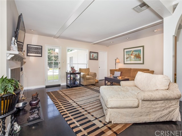13207 Weddington Street, Sherman Oaks CA: http://media.crmls.org/mediascn/df86233e-8b74-4975-992a-1308a1f29464.jpg