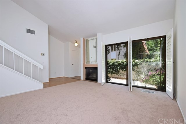 6221 1/2 Nita Avenue, Woodland Hills CA: http://media.crmls.org/mediascn/e0f0b9e1-23af-4148-827a-1077ccd40c5b.jpg