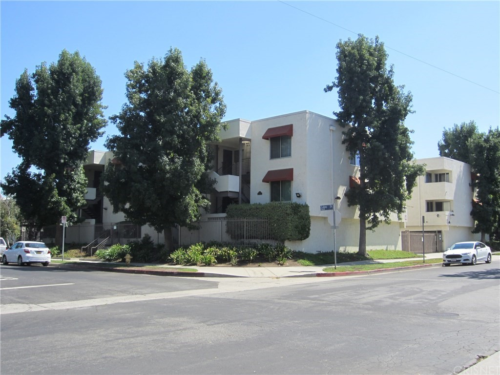 Photo of 18656 COLLINS STREET #4, Tarzana, CA 91356