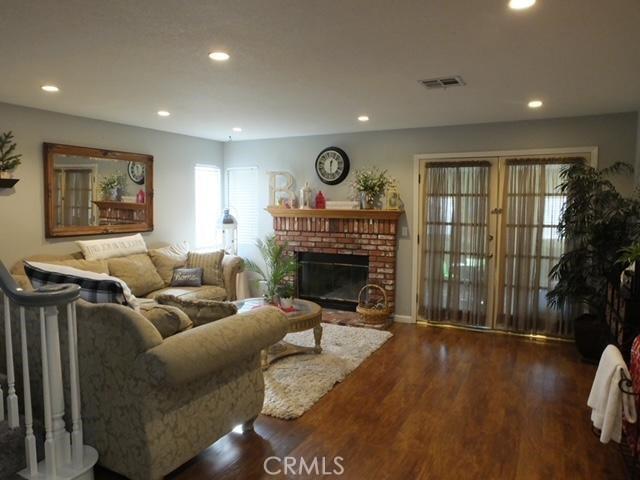 41428 Sandalwood Place, Lancaster CA: http://media.crmls.org/mediascn/e150b395-18d7-4b05-8211-da69cb280463.jpg