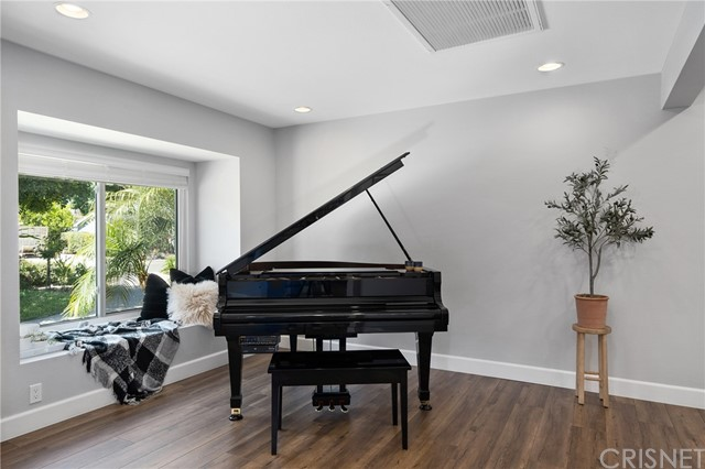 6140 Fenwood Avenue, Woodland Hills CA: http://media.crmls.org/mediascn/e41e9730-bfcd-42c6-b12c-6346e9df1cd1.jpg