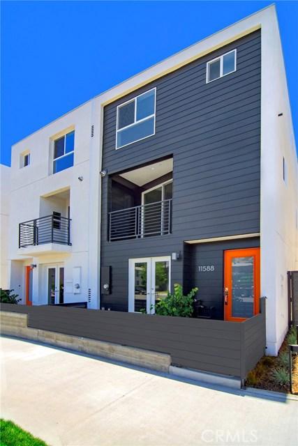 11588 Riverside Drive, Valley Village CA: http://media.crmls.org/mediascn/e4a22295-0612-47ba-8b07-4d023df142cf.jpg