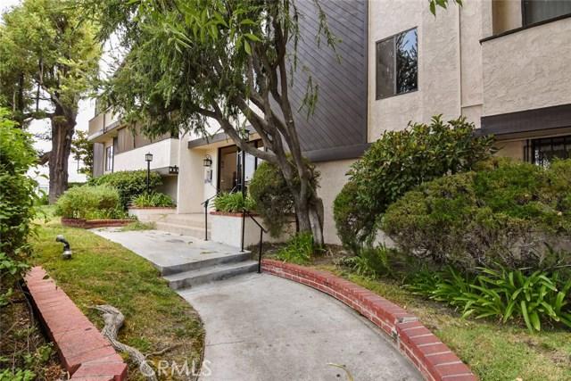 5805 Whitsett Avenue, Valley Village CA: http://media.crmls.org/mediascn/e87a5859-8257-41a5-a0a6-485f0315ee25.jpg
