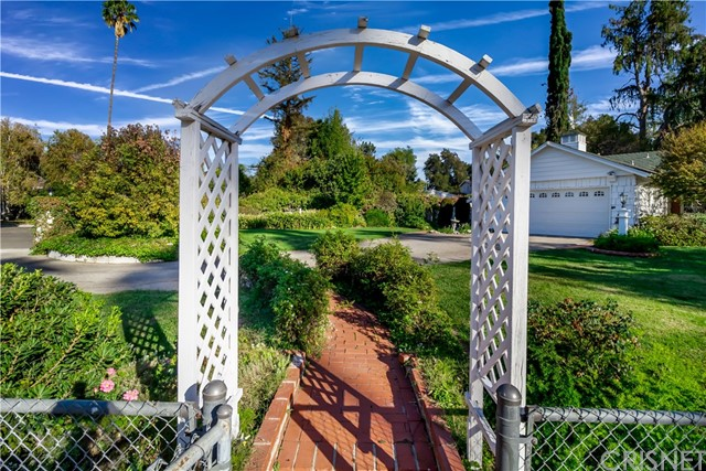 5201 Collier Place, Woodland Hills CA: http://media.crmls.org/mediascn/ea9c6492-ca5c-476b-94b7-7f397bb3e003.jpg
